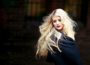 Natural blonde highlights with cassia obovata and rhubarb root